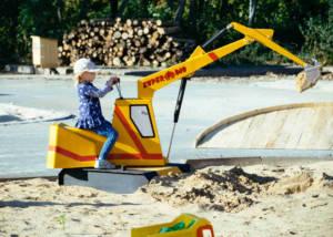 Kleine Bauarbeiter mit großem Sandbagger in Oskarshausen