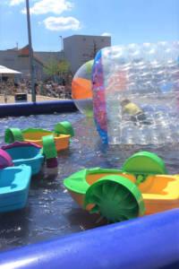 auf Oskars Wasserbecken kletterst du mit der Wasserbällen übers Wasser