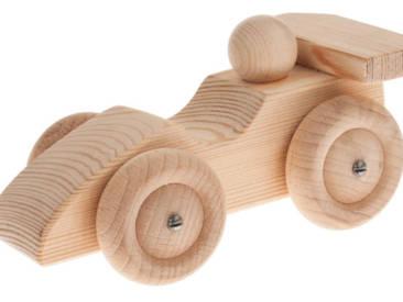 Holzbearbeitungstechniken wie Sägen, Raspeln und Schleifen werden bei dem flotten Flitzer gelernt.