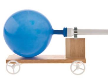 In der Grundschule sehr beliebt ist das ballonangetriebene Raketenfahrzeug.