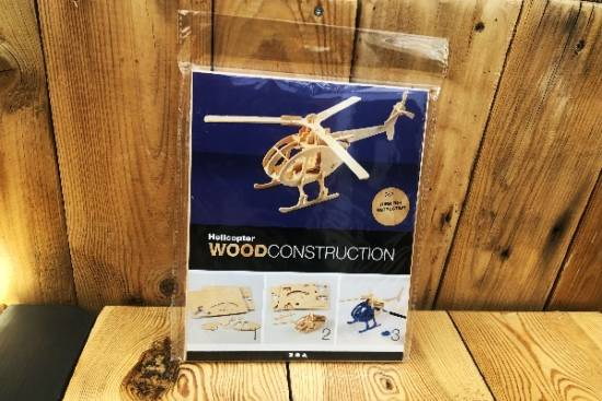 3D-Selbstbau-Holz-Puzzle in Form eines Helikopters.