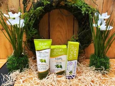 Seife, Feuchtigkeitscreme und Intensivcreme als Pflegeprodukte für den Alltag. Die speziell entwickelte Rezeptur enthält mediterranes Olivenöl und pflegt die Haut auf natürliche Weise.