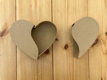 Süße Schiebebox in Herzform aus Pappmaché zum selber Gestalten.