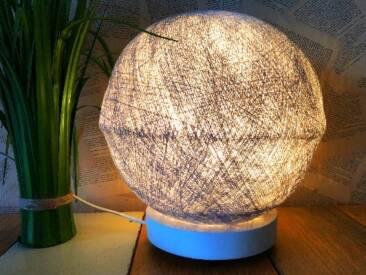 Moderne Lampe zum Aufhängen oder -stellen.